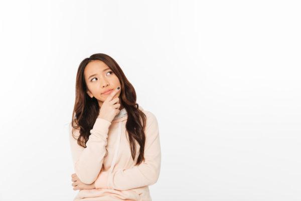 横目で見る心理には女性の深い思いが隠れている!